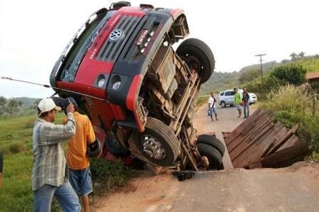 Ponte de madeira não suporta peso de caminhão e desaba