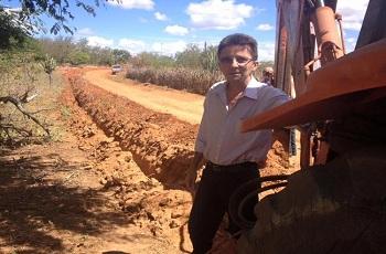 Prefeito dá início aos serviços do sistema de abastecimento d'água