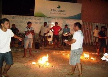 Moradores 'queimam talões' durante protesto contra a Eletrobrás