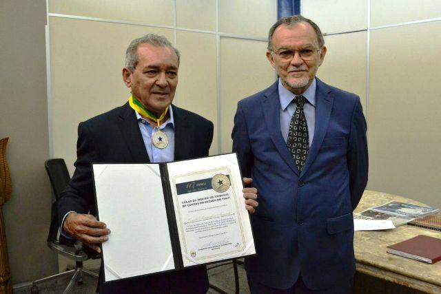 Tribunal de Contas do Piauí entrega Colar do Mérito ao jornalista Arimateia Azevedo