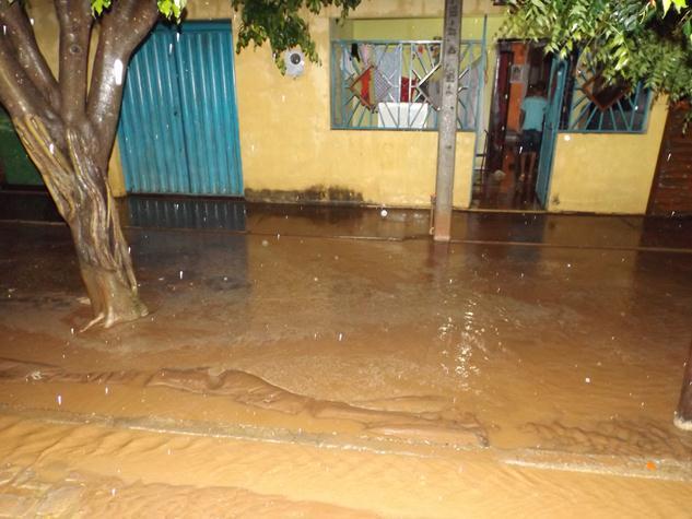 Moradores do Grajau têm casas inundadas pela chuva; eles alegam obra mal feita