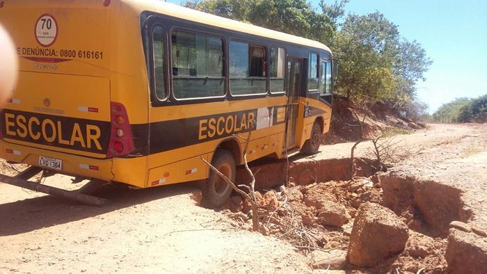 Ônibus escolar quase vira por conta de estradas esburacadas, na região de Marrecas; veja fotos