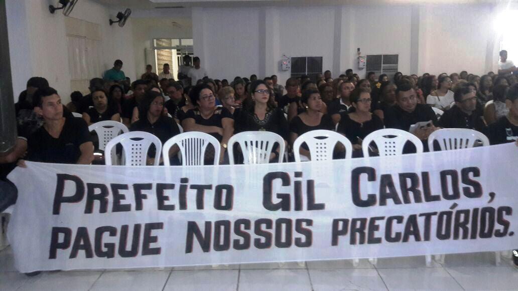 Professores do município vestem preto e lotam auditório no 1º dia de semana pedagógica