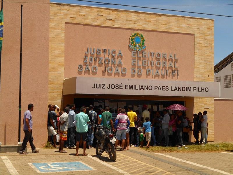 Cartório da 20ª Zona Eleitoral registra fila longa no último dia de recadastramento biométrico