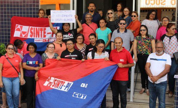 SINTE-PI faz protesto em frente ao IASPI e vai pedir auditoria