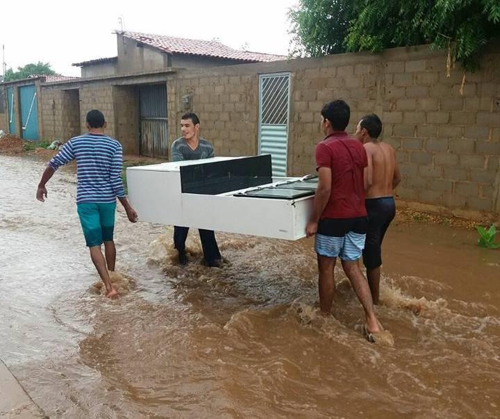 Chuva no município deixa moradores do  Conjunto Joaquim Lopes ilhados