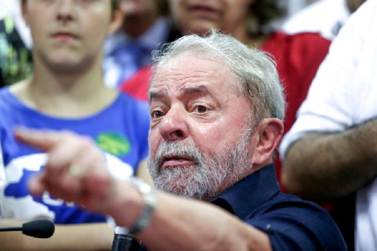Juiz federal de Brasília proíbe Lula de deixar o país