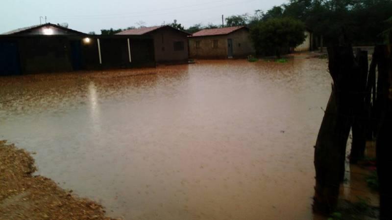 Conjunto habitacional fica alagado devido à chuva caída nesta madrugada