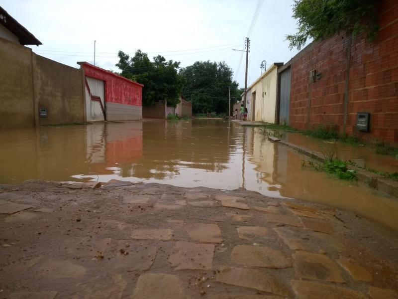 Casas no Joaquim Lopes ficam alagadas devido ao volume de chuvas deste domingo