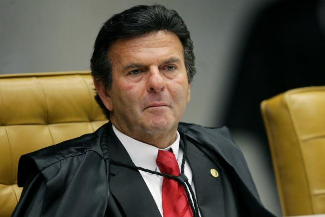 'Ficha suja está fora do jogo democrático', diz Fux ao assumir comando do TSE