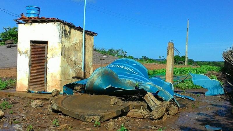 Base de sustentação de caixa d'água de colégio desaba, em São João do Piauí