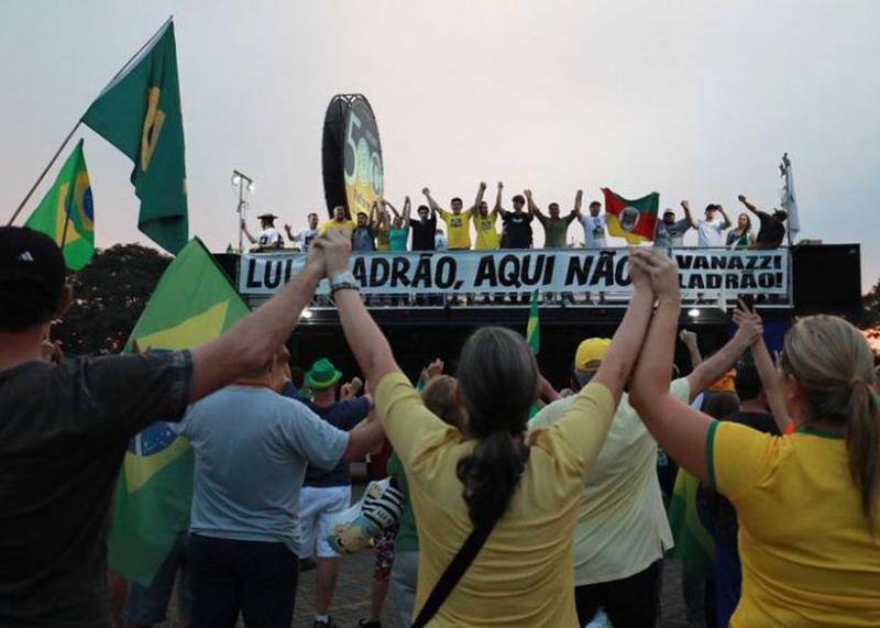 Lula é obrigado a cancelar evento devido a protesto a favor de sua prisão