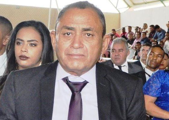 Justiça determina que prefeito Israel da Mata restabeleça os salários de servidores