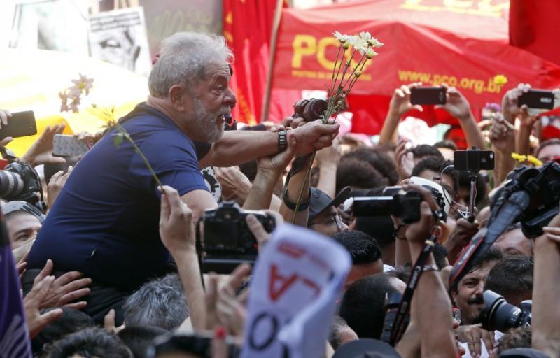 Prisão enfraquece candidatura, mas Lula mantém liderança, diz Datafolha