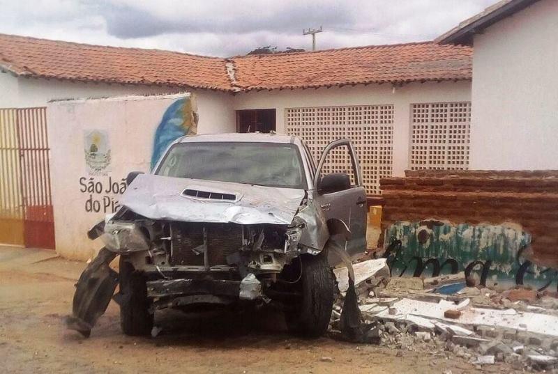 Veículo bate em muro de colégio municipal em São João do Piauí