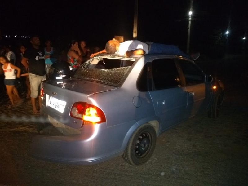 Vítima de acidente espera ambulância do SAMU em teto de carro, por mais de uma hora