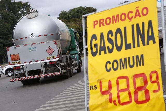 Governo do DF reduz base de cálculo de impostos para diminuir preço da gasolina