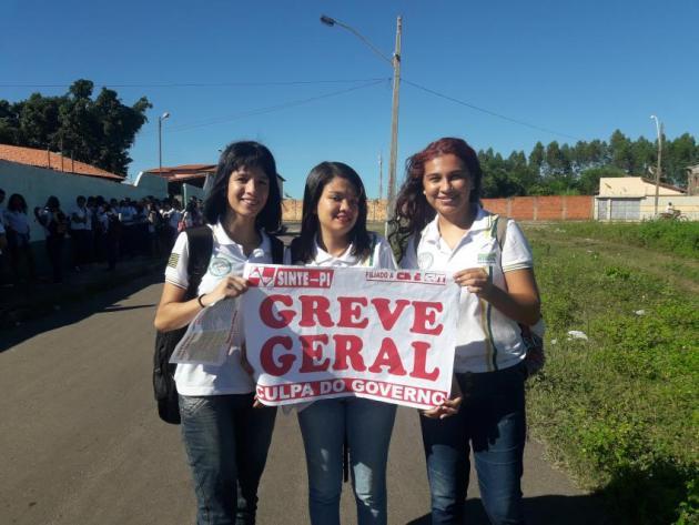 """""""A culpa é do governo"""", gritam alunos em manifestação contra a greve na Educação"""
