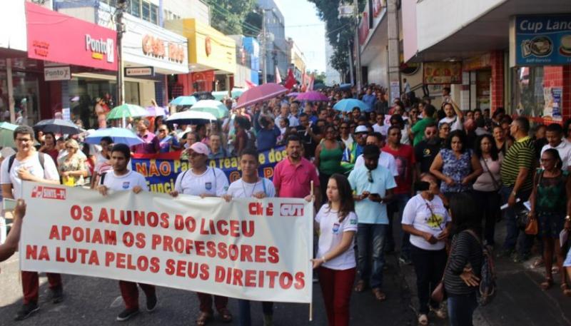 Professores saem às ruas em protesto contra o governo do PI por não reajustar o PISO