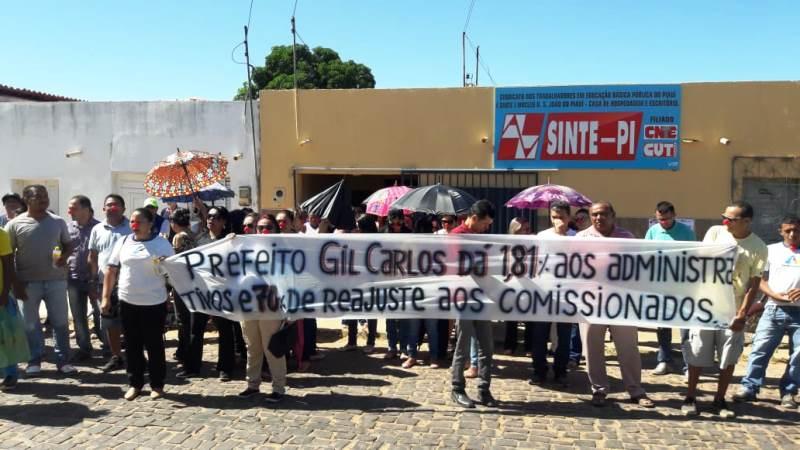"""Servidores usam """"nariz de palhaço"""" contra reajuste de 1,81% dado pelo prefeito Gil Carlos"""