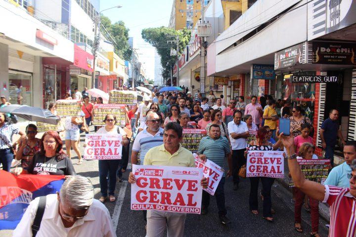 Professores fazem manifestação pelo reajuste e exigem do governo repasses do IASPI e PLAMTA