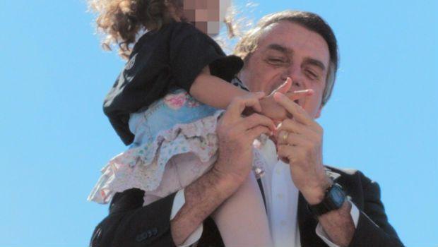 Bolsonaro faz criança exibir gesto de arma com a mão em Goiânia