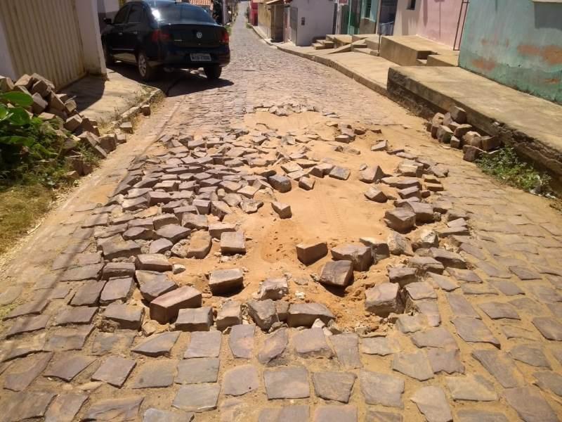 Prefeitura de São João do Piauí deixa calçamento sem reparos em ruas do centro