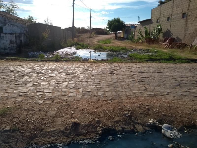 Rua vira barreiro de lama e impede passagem de moradores em São João do Piauí