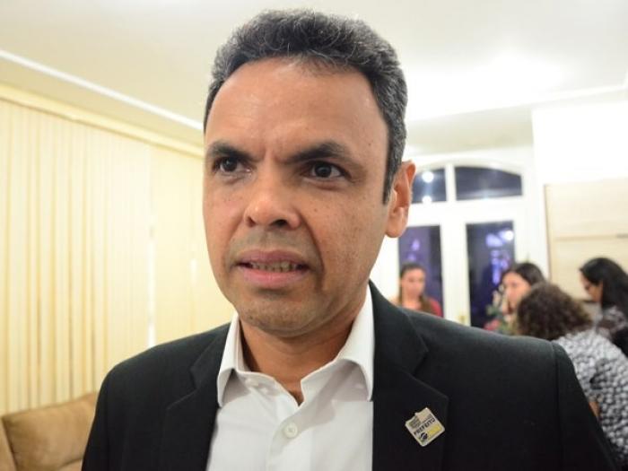 Sob pressão e protestos, prefeito Gil Carlos concede reajuste a servidores