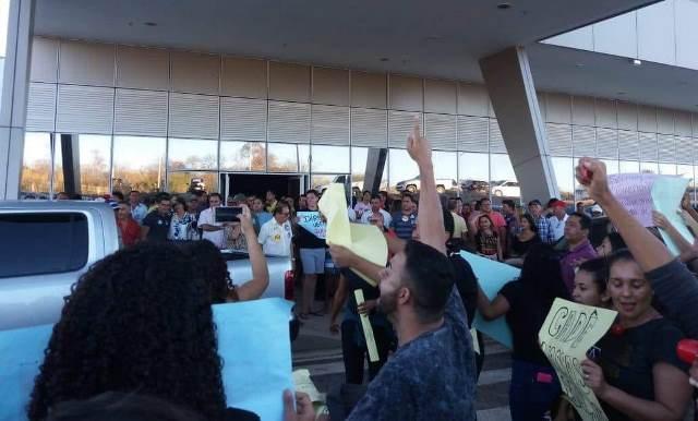 Governador Wellington Dias é recebido sob protestos em São Raimundo Nonato