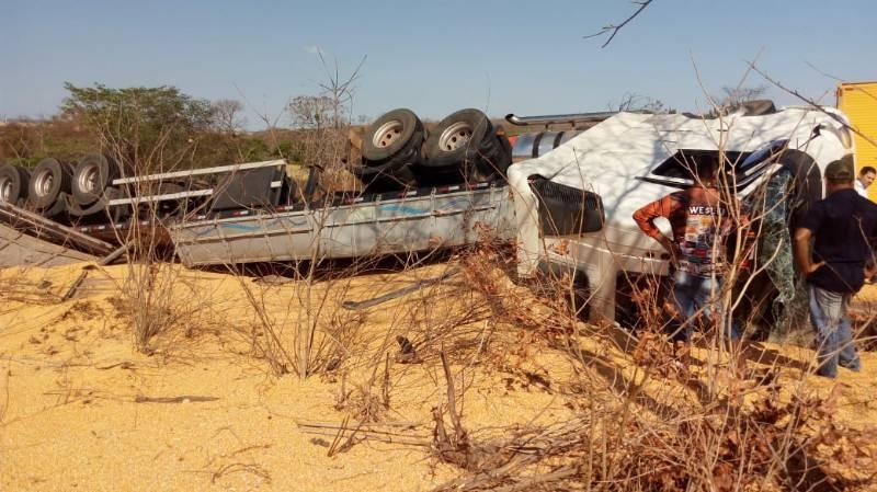 Carreta carregada de milho colide com carro e criança de 2 anos morre na rodovia BR-135