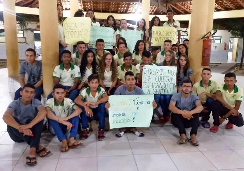 Sem transporte, alunos de escola do Estado se recusam a assistir aulas, em Lagoa do Barro