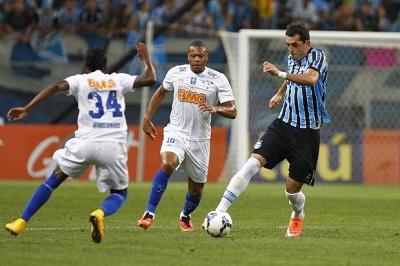 Cruzeiro vira, complica vida do Grêmio e fica a uma vitória do bi