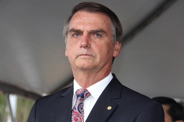Bolsonaro assina decreto que fixa salário mínimo de R$ 998 para 2019