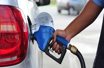 Preço da gasolina cai de novo; nas bombas a média é R$ 4,30