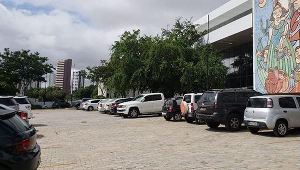 Obra de R$35 milhões do Centro de Convenções vira estacionamento