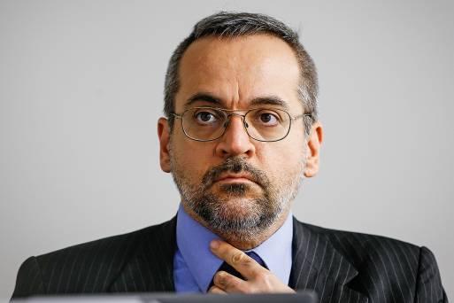 Bolsonaro exonera Ricardo Vélez pelo Twitter e indica Abraham Weintraub para o cargo