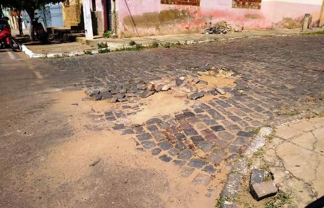 Prefeitura segue sem fazer reparos em trecho de ruas esburacadas