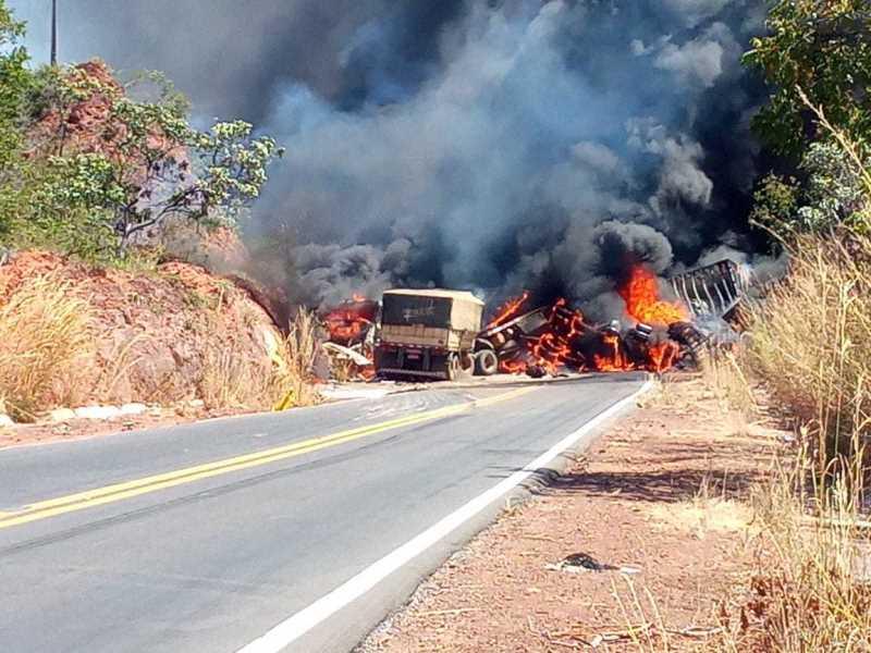 No sul do Piauí, duas carretas pegam fogo após colisão frontal