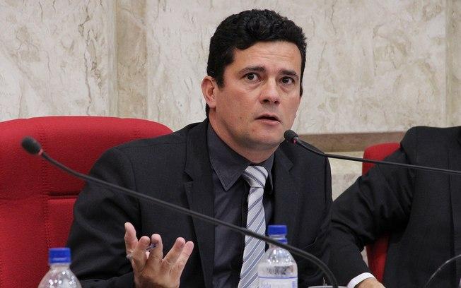 Bolsonaro diz confiar 100% em Moro e afirma que ministro não fará 'nada que a lei impeça'