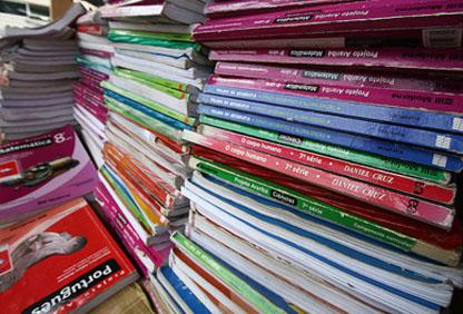 MEC bloqueia R$ 348 mi do orçamento de livros e materiais didáticos, diz ONG