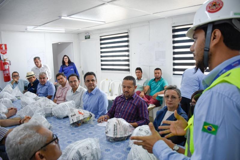 Prefeito Gil Carlos visita canteiro de obras das estações de usinas solar voltaicas