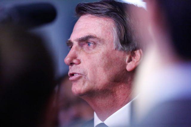 Bolsonaro rebate Macron e muda discurso contra ONGs
