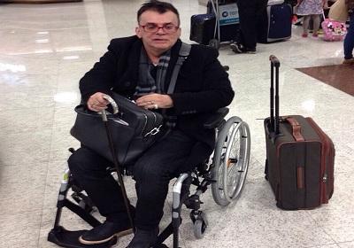 Walcyr Carrasco desembarca no aeroporto de cadeira de rodas