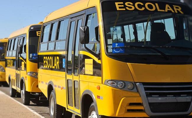 Ministro da Educação entrega ônibus escolares comprados na gestão anterior e diz fazer 'muito com pouco'