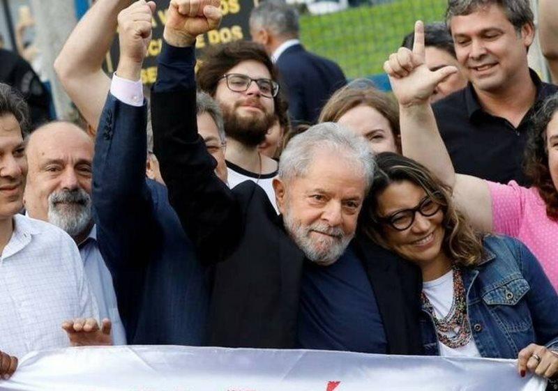 Ex-presidente Lula deixa carceragem da Policia Federal em Curitiba