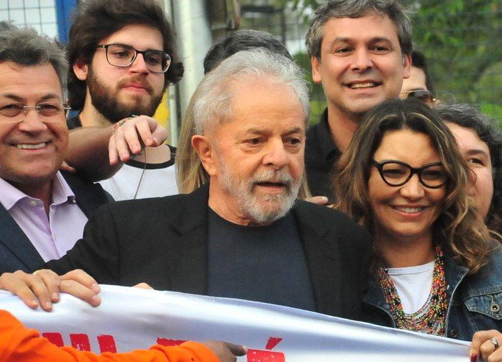 Lula beija noiva e faz ataques a Moro, Deltan e Bolsonaro