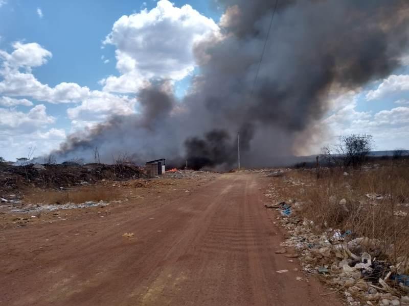 Área do Lixão é consumida por incêndio nesta tarde de sexta-feira; veja vídeo!