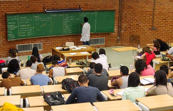 67% dos brasileiros apoiam educação gratuita a todos na universidade