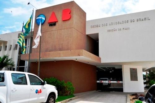 Conselho da OAB-PI, em decisão liminar de recurso, reitegra advogado Franklin Dourado